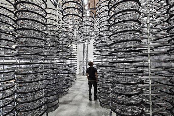 Artista Ai Weiwei faz arte com Bicicletas